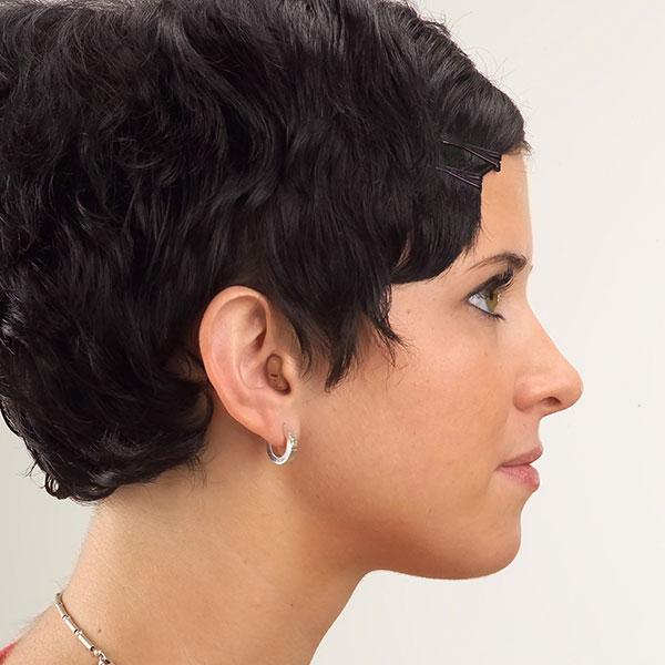Im-Ohr-Hörgeräte auf Handfläche